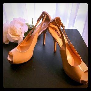 ✨GUESS Cream Peep toe & side sling style 7.5 ✨